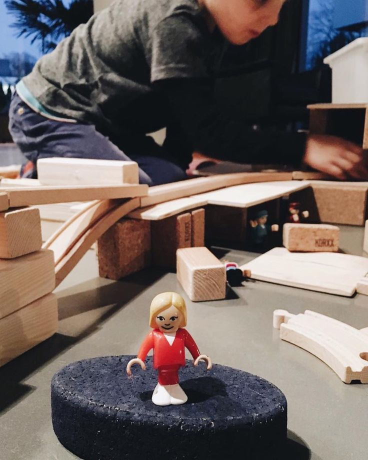 Mama wir haben Frau Merkel gefunden! hieß es heute von Isas Jungs beim Spielen. Da hat Isa nicht schlecht geguckt und erstmal herzhaft gelacht. Hauen eure Kinder auch so geniale Sachen raus? Erzählt doch mal!  Schönen #samstagabend wünschen wir euch!  #fraumerkelimkinderzimmer #habenwirgelacht #kindermund #lebenmitkindern #mutti #motherhoodunplugged #momlife #happyfamily #livingwithkids #weekendstory #pin #hauptstadtmutti  @isa.gruetering