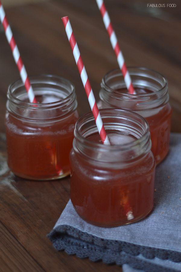 Apple Ginger Cranberry Cocktail with Vodka Cocktail bestehend aus Apfelsaft, Cranberrysaft, Ginger Ale und Wodka