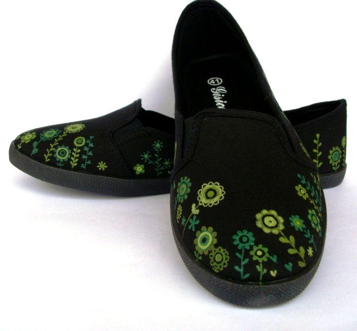 Zelenkavá+černá+Černé+textilní+balerínky+ručně+malované+kvalitními+barvami+-+květy+v+různých+odstínech+zelené.+Skladba+kytiček+je+na+každé+botce+jiná.+Barvy+jsou+zafixované,+tenisky+ošetřené+impregnací,+takže+malba+nepodléhá+nepřízni+počasí+a+boty+se+méně+špiní.+Lze+prát+v+pračce+na+30°C+(po+vyprání+doporučuji+znovu+naimpregnovat).+Tyto+už+jsou+prodané,+...