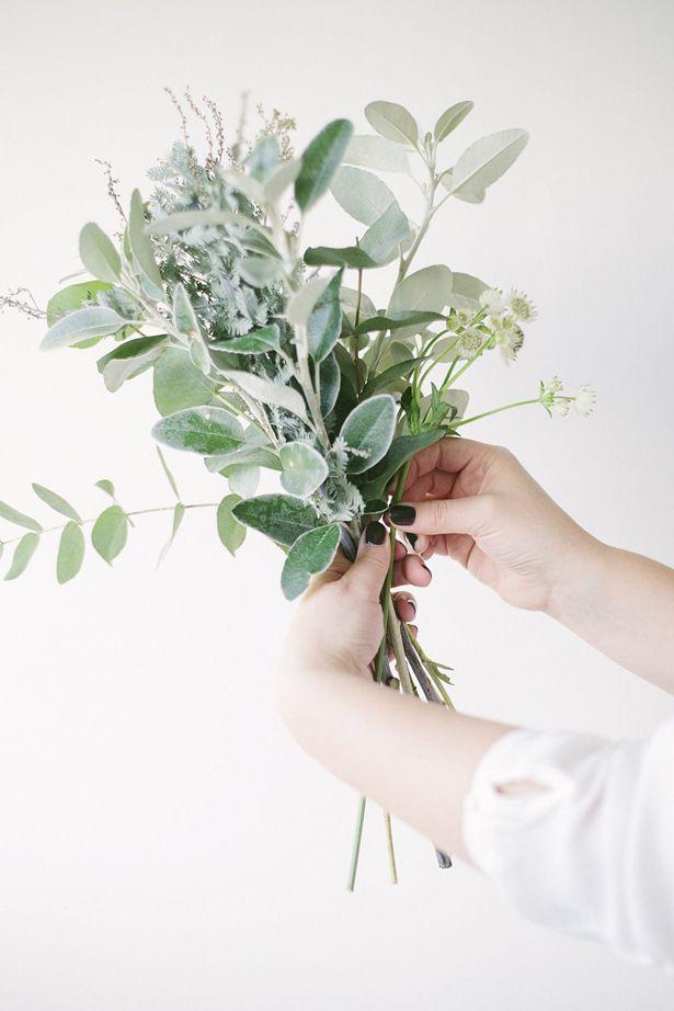 O PERFUMADO EUCALIPTO Postado por: Vamos Receber   Categoria: Dicionário de Flores  Nesta semana, mostramos a vocês aqui uma mesa pensada para uma comemoração muito especial. Sobre ela, múltiplos arranjos levando tulipas, orquídeas chocolate, saudade, cúrcuma, flor do campo e folhas de eucalipto.  Essas delicadas e perfumadas folhas chamaram a nossa atenção, razão pela qual procuramos o querido Sergio Oyama Junior, do Orquídeas no Apê, procurando saber um pouco mais sobre o eucalipto.