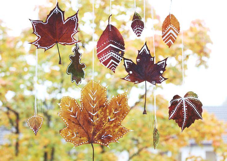 Die Blätter der Bäume haben sich nun herbstlich verfärbt. Die bunte Farbenpracht nutze ich natürlich gleich zum Basteln aus.Für meinen heutigen Bastelidee braucht ihr gar nicht viel. Das Blätter samm