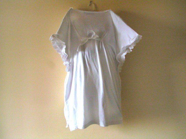 Turn a boring white t-shirt into a great angel costume for kids! Requires: 1 big white t-shirt 2 m of lace 1/2 m of ribbon scissors sewing machine 2 sheets of cardboard (A4)