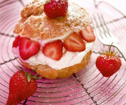 Découvrez la recette des petits choux farcis à la mousse de fraise, cuisinés à la façon du chef Cyril Lignac.