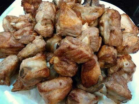 Fabulosa receta para Costillas de cerdo guisadas con patatas. Un plato muy casero y fácil de hacer.