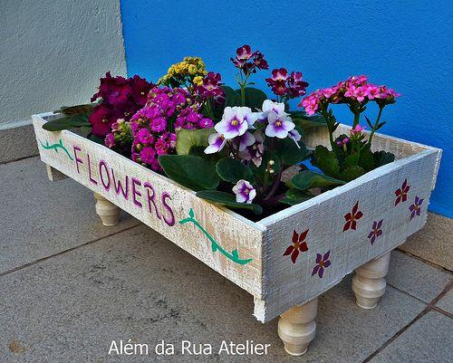 Reciclagem de caixote de frutas, com pintura em pátina e pezinhos de garrafinhas de Yakult.