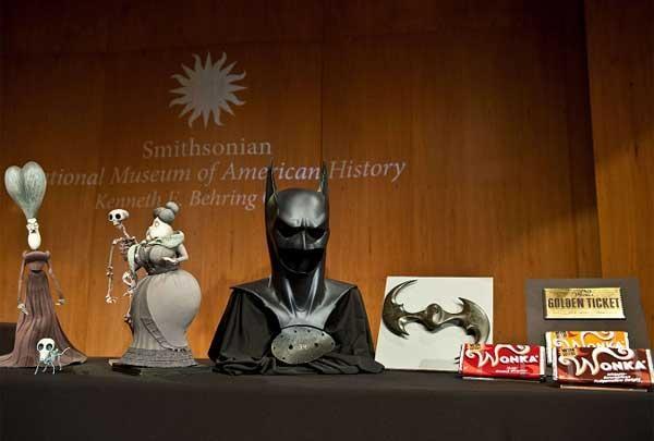 Warner Bros donó la máscara de Batman y la capa de Superman al museo Smithsonian