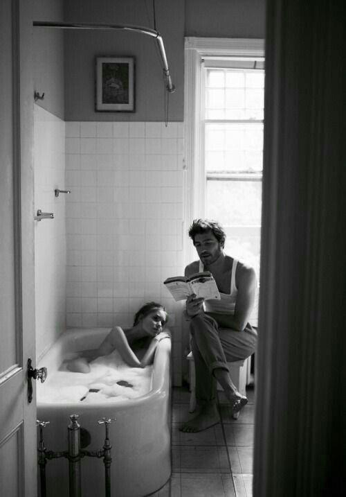 E quando tutti se ne andavano e restavamo noi due soli tra bicchieri vuoti e posacenere sporchi,  Com'era bello sapere che eri lì come l'acqua di uno stagno, sola con me sull'orlo della notte, e che duravi, eri più del tempo,  Eri  quella che non se ne andava perché uno stesso cuscino e uno stesso tepore ci avrebbero chiamato ancora a risvegliare il nuovo giorno, insieme, ridendo, spettinati.   Julio Cortázar Picture by Christer Strömholm