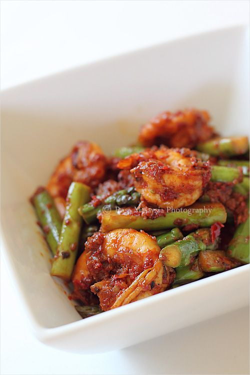 Sambal Asparagus Recipe - sambal is a condiment or chili paste made with chilies and Malaysian shrimp paste, often other ingredients such as garlic, shallots, lemongrass, galangal, etc. might be added to as well. #vegetables #dinner #seafood