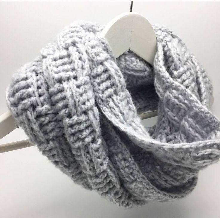 Hæklet Tube tørklæde Tørklædet er hæklet i Cream mælkegarn fra Viking, som er 78% Mælkefibre og 22% Nylon. Det er uden tvivl det blødeste garn jeg har haft i hænderne, og kan slet ikke beskrives. Det skal opleves. Mælkefibre ertemperaturregulerende, hvilket betyder at du kan bruge det både vinter og sommer. Desudenanses mælkegarn for at være både helbredende på eksem og bakteriefrastødende, og egner sig særdeles godt til mennesker med følsom og sart hud. Det er virkelig Luksus garn til en…