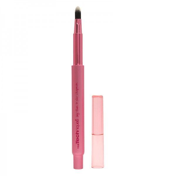 Real Techniques Retractable Lip Brush. Πινέλο χειλιών ιδανικό για την εφαρμογή του κραγιόν και του lip gloss. Αποκτήστε το από το aromania.gr μόνο με 7,40€! #aromania #Realtechniques
