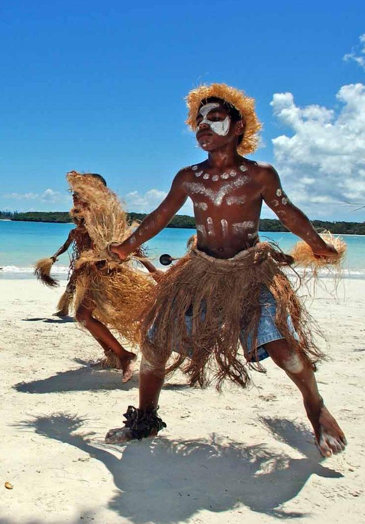 Le pilou est une danse kanak traditionnelle de la for Danse passer sous une barre