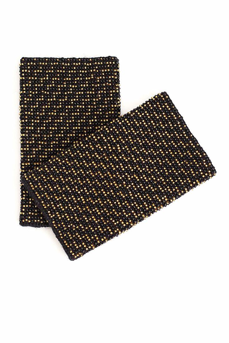 Subtilaus rašto pilnavidurės riešinės, visos išmegztos auksinio atspalvio karoliukais. Riešinės Auksinis miražas - tai tavo stiliaus prieskonis.