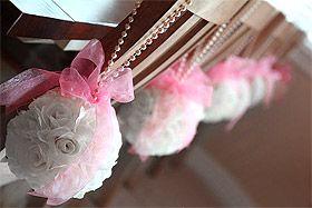 La Boule Fleurs Artificielles Roses 18 cm.  Absolument magnifiques, ces boules de fleurs artificielles qui sublimeront vos décorations de salle, suspendues au plafond, sur vos chaises, bancs ou simplement posées sur vos tables, buffets, coupelles en verre, photophores hauts... Elles donneront vraiment une touche unique et classe à votre salle de réception.