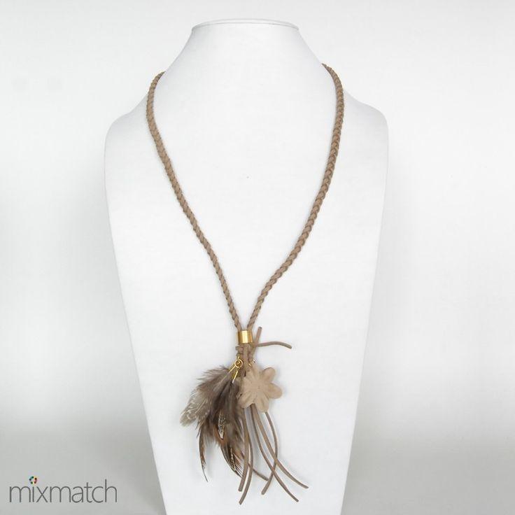 Κολιέ πλεξούδα από σουέτ κορδόνι σε ινδιάνικο στυλ με φτερά.