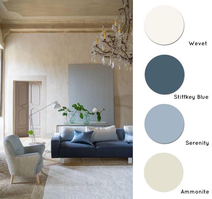 ... soggiorno con pareti neutre sui toni del beige e arredi azzurri e blu