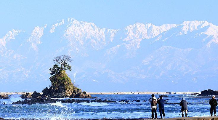 雨晴海岸から見た立山連峰。富山湾の魅力を発信する民間組織「美しい富山湾クラブ」(仮称)が設立されることになった