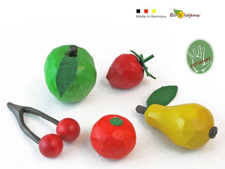 Le charme du fait main pour de la dinette en bois durable https://www.ecolojeux.com/dinette-fruits-legumes-bois-marchande/242-fruit-en-bois-pomme.html