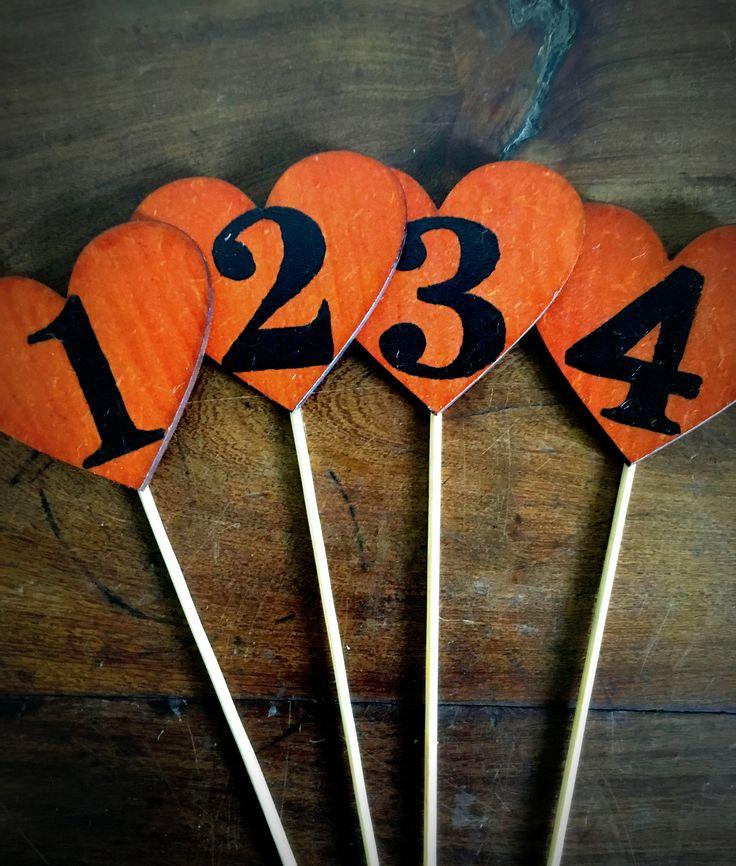 Numeros de mesa de fibro fácil con palito #numerosdemesa #indicadores #numbers #numeros #mesa #table #centrosdemesa #casamientos #15años #bodas #eventos #fifteen #mesadelosnovios #fibrofacil #madera