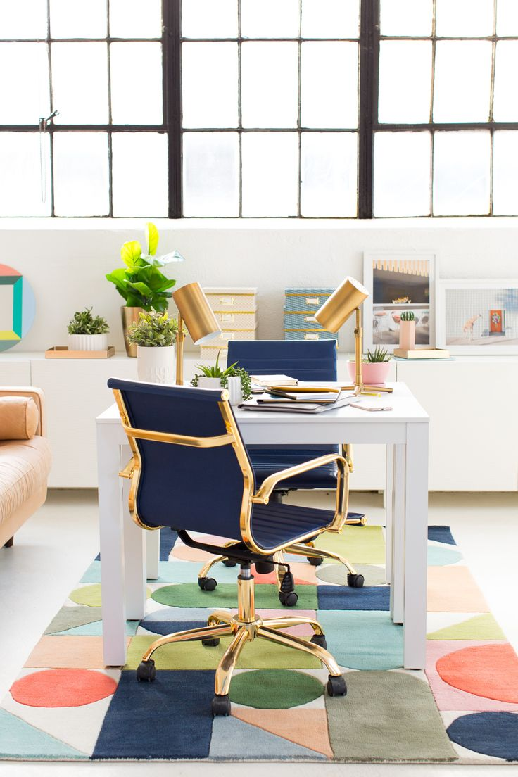 We're sharing 18 Creative Workspace Must-haves to get your creative juices flowing in the workspace for a Spring pick me up! #workspace #organization #office