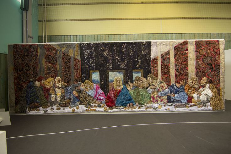 Last Supper by @Damss Fiberart . Cm 800x250. A tribute to the ingenious creator of the original wall painting, Leonardo Da Vinci. The transverse view of the Last Supper makes the meditation even more profound. The synthetic fabrics had been strongly molded so that their lightness or thickness matched the different personalities of the characters.  Daniela and Marco used yellow ocher #Aurifil #Makò, #Wool and #Aurilux to give more definition and brightness to some details