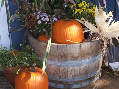 Wine barrel decorated for fall.: Summer Flowers, Fall Decor, Flowers Die, Decorate Your, Autumn Decor, Barrels Decor, Front Doors, Diy, Fall Wine Barrels