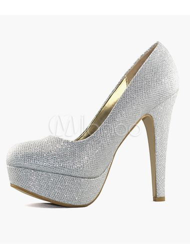 Scarpe da sposa d'argento glitterate con tacchi.