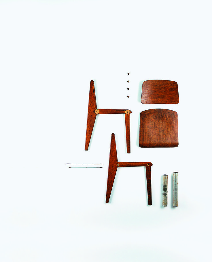 Bien avant l'ère des meubles en kit, Jean Prouvé avait imaginé des meubles démontables comme cette chaise CB22 de 1947 en bois, alu et acier.