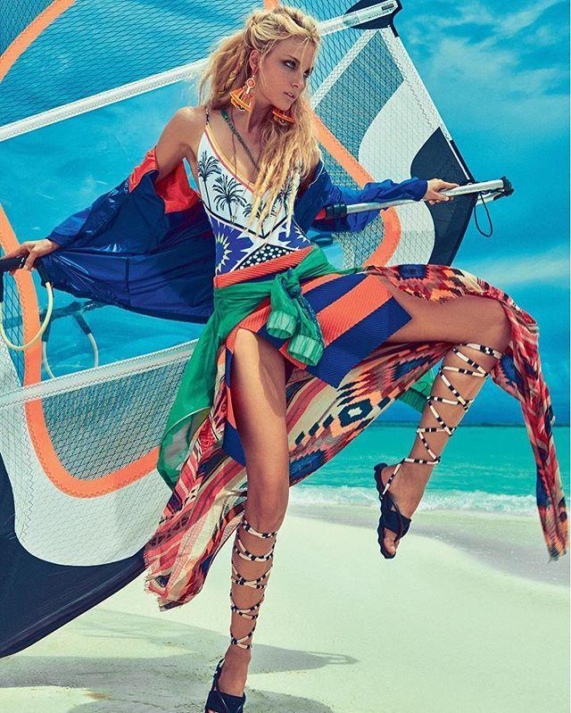 Na praia bem equipada: do protetor solar ao óleo bronzeador do momento, a editora de beleza @luizamsouza revela os oito produtinhos essenciais para você não tirar da bolsa neste verão – clique no link da bio e tome nota! (Foto: @jrduran / Arquivo Vogue) #beleza