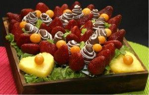 Corazón de fresasPastel de Fresas en forma de Corazón  Si quieren algo romántico y exquisito para compartir con la pareja, este es de los arreglos frutales que deben hacer. Las fresas son ideales para hacer este pastel, además de que puedes cubrirlas con chocolate para hacerlo más afrodisiaco
