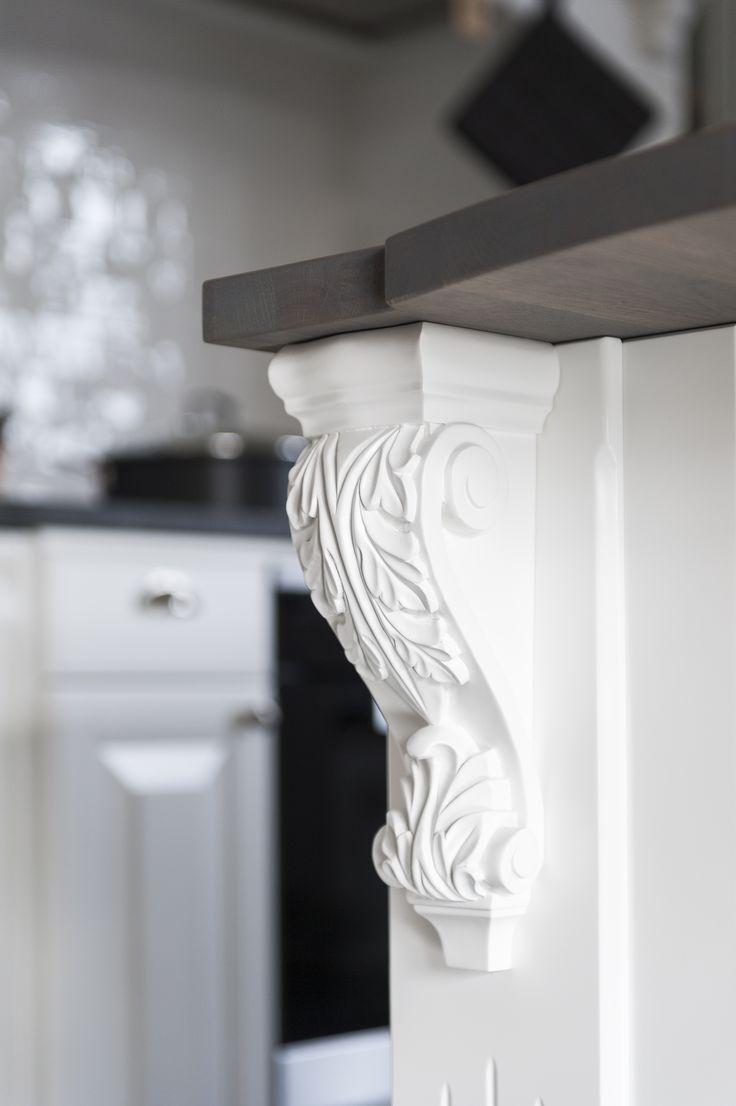 Tillbehörsserien Tradition innehåller alla de vackert arbetade detaljer som krävs för att förhöja den gedigna känslan av hantverk och kvalitet hos ditt kök. Kungsgårdskonsoll   Ballingslöv