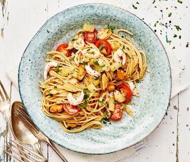 Vem har sagt att skaldjur och vitt vin bara får avnjutas en fredag? Med fullkornspasta och massor av färsk, c-vitaminrik bladpersilja blir detta lite vardagslyxigt.