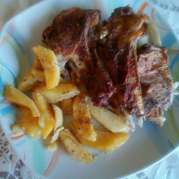 Και σαν κοινή θνητή που είμαι θα ποστάρω και εγώ το μεσημεριανό μου γιατί με την δίαιτα είχα πολύ καιρό να φάω πατατούλες λεμονάτες και παϊδάκια! Ωρε γλέντια! ______________________ #diaryofabeautyaddict #ellifeshare #elbeautythings #food #meal #potatoes #instafood #bloggerslife #greekblogger #pic #picoftheday #instagood #lunch #eat #meat