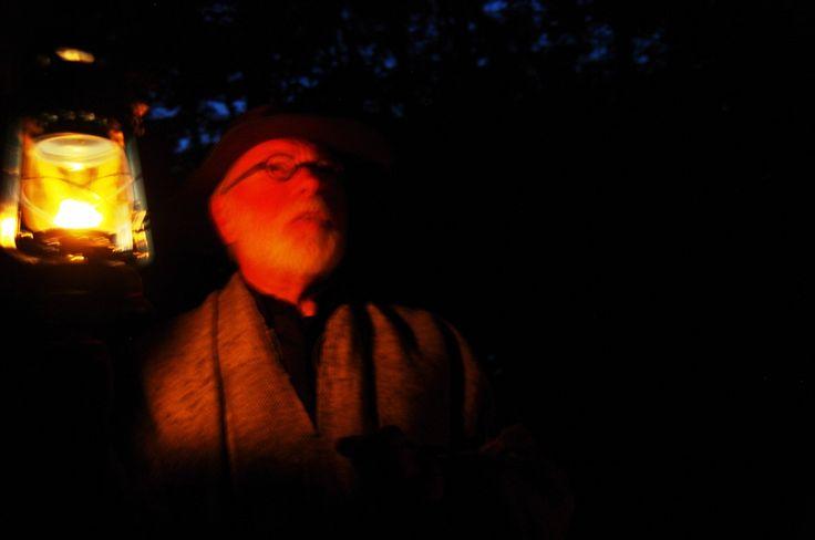 Verhalenverteller van Toerisme Schokland tijdens de mythische tocht over het zuidelijk deel van Schokland worden de bezoekers vermaakt met muziek, heksenverhalen, een versnapering en fakkels en lichtjes. Dit is een activiteit tijdens Uit-jeTent Weekend