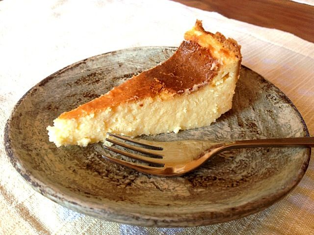 姪っ子たちと一緒に作りました。今日のはタルト台無しで湯煎焼きにしたので柔らかめの仕上がりでしたが味は最高♡チーズ食べ過ぎたらいかんと思いつつやめられない。。。 - 67件のもぐもぐ - 濃厚NYチーズケーキ by yoshiko445