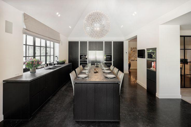 Ruw Eikenhout Keuken : Een houten keuken van ruw, donker gelakt eikenhout geeft een prachtige