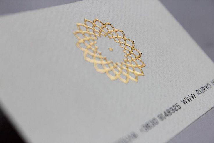 Különleges tapintású névjegy leheletnyi aranyozással. #businesscard #businesscarddesign  http://buddhaprint.hu/