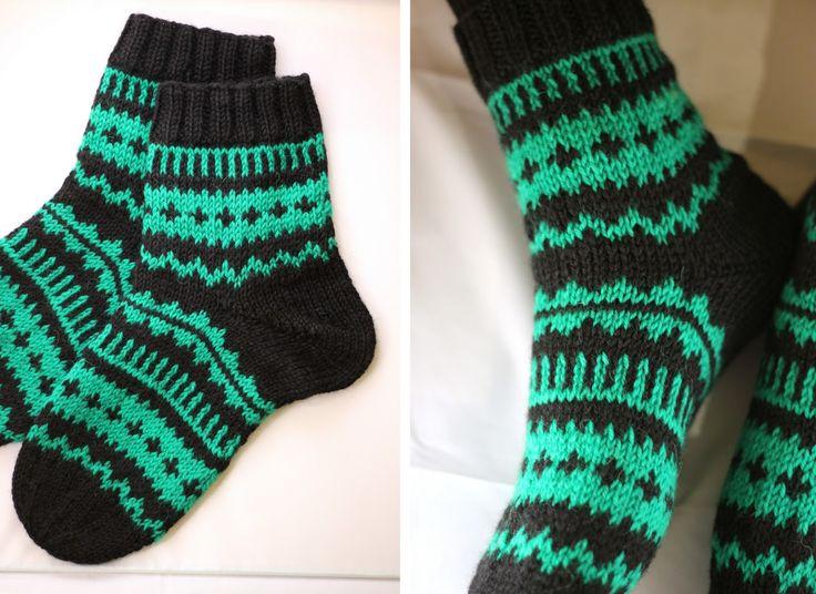 Tein tilauksesta parit Hilmat ;toiset naisen koossa ja toiset miehen numeron 42 jalkaan sopiviksi. Molempiin sukkiin kuviota täyt...