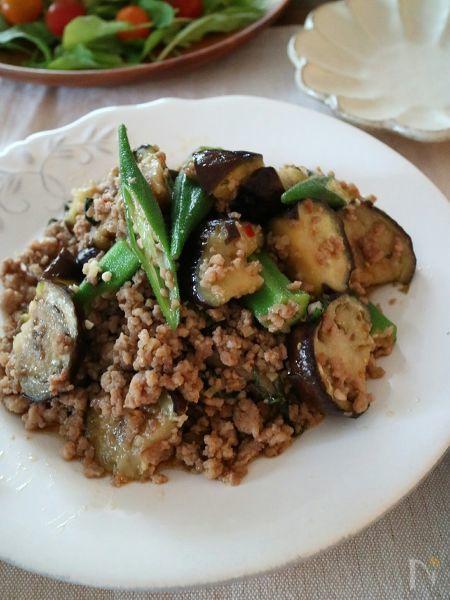 夏野菜のなすとオクラを使った甘辛ひき肉炒めです。ジューシーななすとオクラの食感が楽しめて、にんにく、生姜も入れたごはんに合う食欲増進おかず!  ごはんにのっけて丼で食べてもおいしいです。