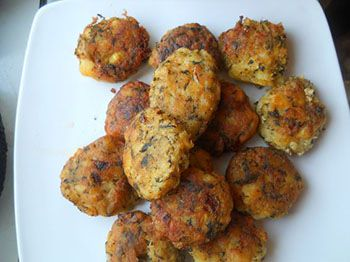 Puneti cartofii (necuratati de coaja) intr-o oala cu apa si dati la foc pana cand cartofii sunt fierti. Odata ce cartofii au fiert, ii curatati de coaja si ii dati pa razatoarea mare. Ciupercile le taiati in bucati mici si le fierbeti si pe ele sau le prajiti in 2-3 linguri de ulei. Adaugati ciupercile …