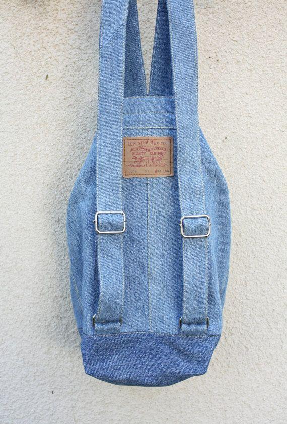 una mochila de mezclilla durable, capacidad grande, lavable y multiusa- utilizarla para un día de compras en la ciudad, como un bolso de playa, un bolso de gimnasio, un bolso de escuela (una carpeta A4 tapa dura se adapta cómodamente dentro) o incluso una bolsa de pañal. hecho de jeans Levi s en excelente estado.  * correas ajustables fuertes, hecho a mano de denim 100% algodón que se siente suave en la piel  * completo con 2 bolsillos interiores, uno con cremallera de YKK  color: luz azul…