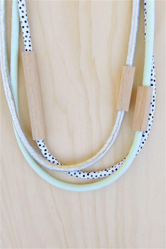 La main dinachevé bois de chêne de Tasmanie, argent métallique, vert menthe pâle et noir et gris pleins sur coton blanc.  Chaque longueur de