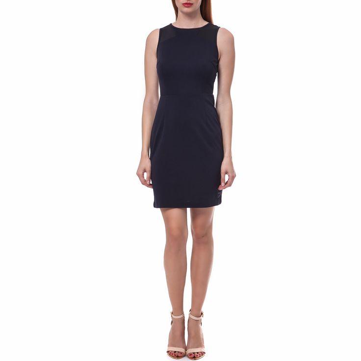 Αμάνικο μίνι φόρεμα σε σκούρο μπλε χρώμα, με εφαρμοστή γραμμή και φερμουάρ που κουμπώνει στο πίσω μέρος. Μία σικ επιλογή για τις βραδινές σας εμφανίσεις που κολακεύει κάθε σωματότυπο. Επιλέξτε ένα μακρί κολιέ που θα προσθέσει ακόμη περισσότερο στιλ!