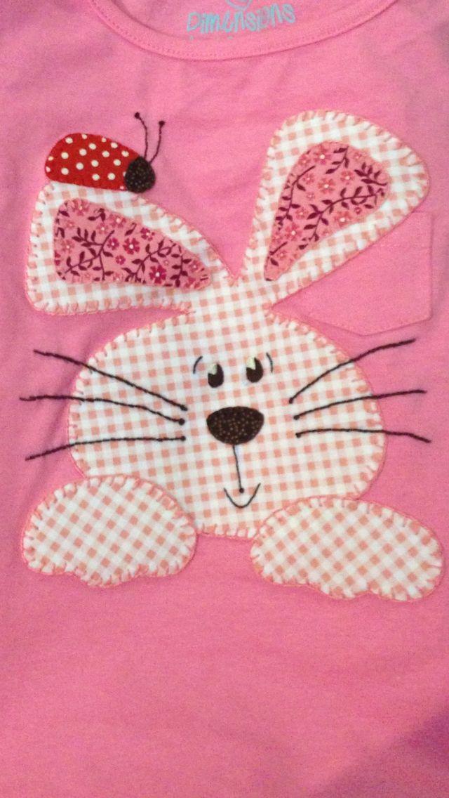 Camiseta, aplicación conejito de tela de cuadritos de vichy.