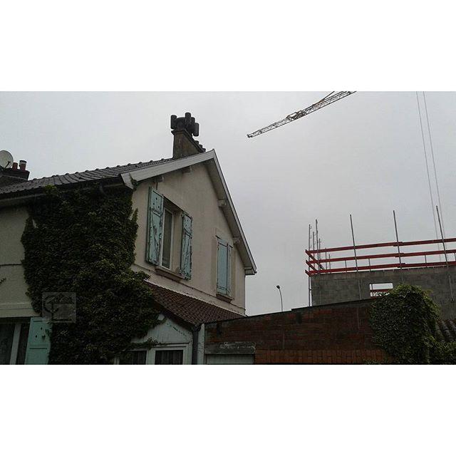 Comines. Mitre en fibro ciment amianté sur l'une des dernières maisons de la cité EDF Marcel Paul. #diagnosticsimmobiliers #amiante #asbestos #nord #comines
