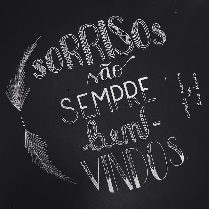 "Quem não gosta de um sorriso sincero?! ❤️❤️ .  Frase do livro ""Não se apega, não"" da @isabelaafreitas  .  #typespire #goodtype #thedailytype #thedesigntip #handlettering #lettering #typography #calligraphy #typeveryday #handmadefont #typoholic #creativity #letter #words #design #handmade #byalinealbino #chalkboard #chalk #chalklettering #isabelafreitas"