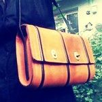 Modell Tenera Tre Aque, Design und Handarbeit von mir in Hamburg – gefütterte Ein-Fach-Tasche mit Innentasche, hier aus orange farbenen Rindoberleder, Riemen aus Rindoberleder  #EmmanuelDumas #Fattamano