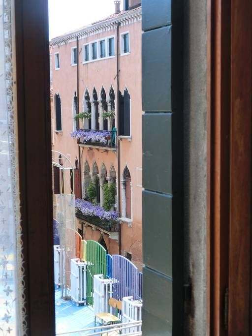 in Venice, IT. Centro storico di Venezia, 3^piano luminoso , salotto con piccolo balcone , con cucina/sala da pranzo. 1 camera matrimoniale e 1 singola con letto aggiunto con vista canale interno. Bagno con finestra. 10 minuti a piedi da Rialto e S.Marco.