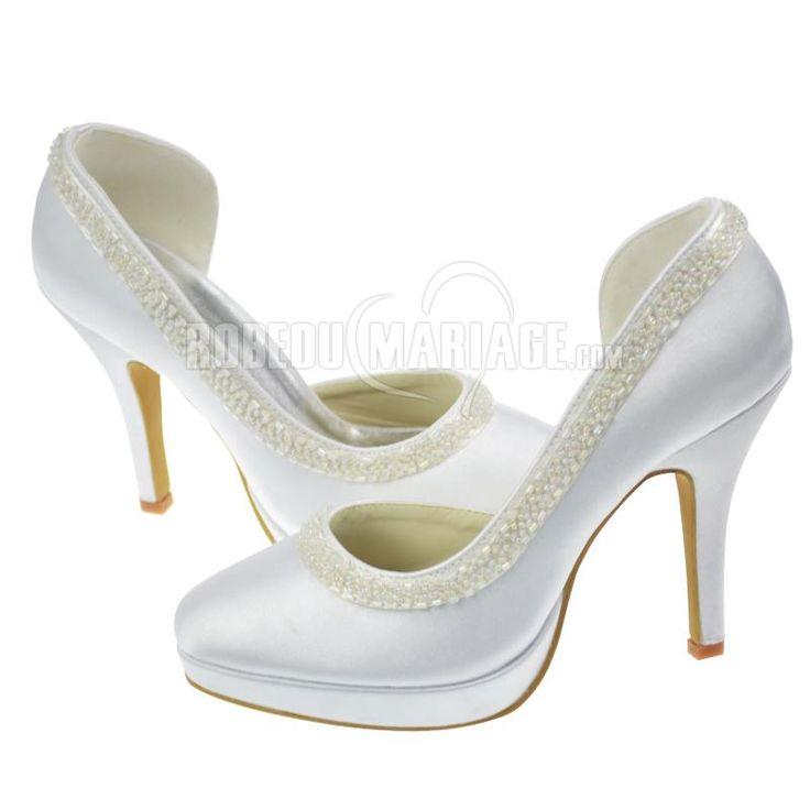 Sandale chaussure pour mariage, recouverte de satin, présentée avec bride  perlée et bout fermé. Talon haut de