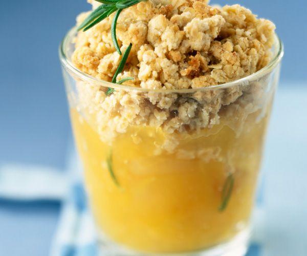 Envie d'un dessert gourmand ? Le chef Cyril Lignac vous propose sa version du crumble aux pommes. Suivez bien la recette de ce classique revisité.