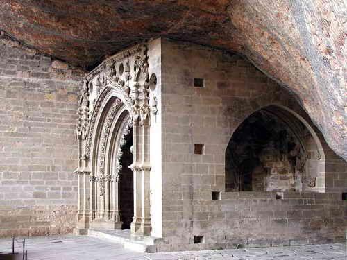 ARCOSOLIO  (del latín arcus, arco, y solium, sepulcro, sarcófago) es un término arquitectónico aplicado a un hueco en arco que se empezó a usar como lugar de enterramiento en una catacumba. Solía cubrir el sepulcro de un mártir | CAPILLA DE SAN VICTORIAN, Y LA PEÑA